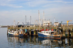 Fischerboote am Dock Stockbild