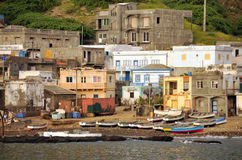 Fischerboote durch Häuser Lizenzfreie Stockbilder