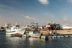 Fischerboote in einem Hafen und in einem blauen Himmel Lizenzfreie Stockfotografie