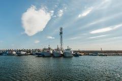 Fischerboote in einem Hafen und in einem blauen Himmel Lizenzfreie Stockbilder
