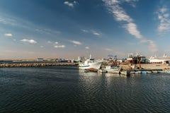Fischerboote in einem Hafen und in einem blauen Himmel Lizenzfreies Stockbild