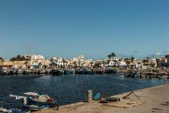 Fischerboote in einem Hafen und in einem blauen Himmel tunesien Lizenzfreies Stockbild