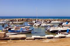 Fischerboote in einem kleinen italienischen Hafen stockfotografie