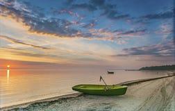 Fischerboote an einem sandigen Strand des Riga-Golfs lettland Lizenzfreies Stockfoto