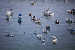 Fischerboote in einer Bucht von Sinus Portugal Lizenzfreies Stockfoto