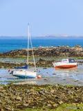 Fischerboote in einer Bucht während des Ausflusses lizenzfreies stockfoto