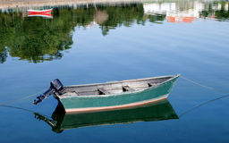 Fischerboote festgemacht auf der Küste Stockfotos