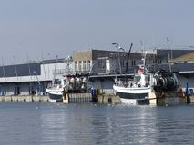 Fischerboote festgemacht auf einem Kai Lizenzfreies Stockbild