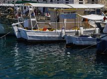 Fischerboote festgemacht am griechischen Inselhafen Lizenzfreie Stockfotografie