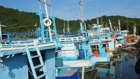 Fischerboote festgemacht im Knall Saphan, Thailand stock footage