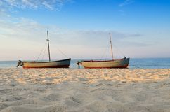 Fischerboote festgemacht nahe dem Ufer am Sonnenunterganghintergrund stockbild