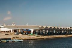 Fischerboote festgemacht zum Ufer nahe bei der Struktur tunesien Stockbild