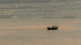 Fischerboote fischen auf Ozean Lizenzfreie Stockfotos