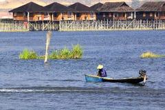 Fischerboote fischen im See stockfotos