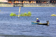 Fischerboote fischen im See stockbilder
