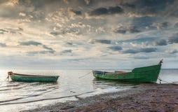 Fischerboote früh morgens auf sandigem Strand der Ostsee, Lettland, Europa Lizenzfreies Stockbild