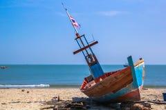 Fischerboote geparkt auf dem Strand Lizenzfreie Stockbilder