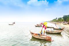 Fischerboote geparkt nahe dem strandnahen Lizenzfreie Stockfotografie