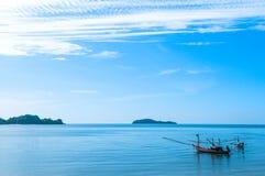 Fischerboote im blauen Meer Stockbild