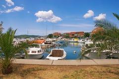 Fischerboote im Hafen Ansicht von Tivat-Stadt, Montenegro Lizenzfreies Stockfoto