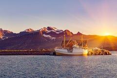 Fischerboote im Hafen an der Mitternachts- Sonne in Nord-Norwegen, Lofo Stockbild