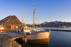 Fischerboote im Hafen an der Mitternachts- Sonne in Nord-Norwegen, Lofo Stockfotografie