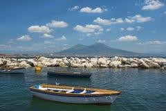 Fischerboote im Hafen von Neapel und in der Ansicht vom Vesuv stockbilder