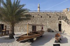 Fischerboote im Hof von Al Fahidi Fort Dubai, Arabische Emirate Lizenzfreie Stockbilder