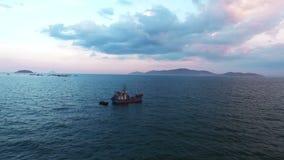 Fischerboote im Meer vietnam stock video