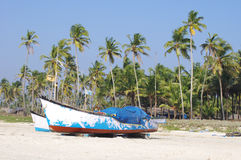 Fischerboote im tropischen Strand, Goa Stockbild