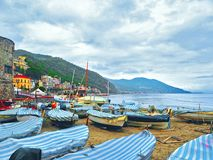 Fischerboote im wolkigen Wetter auf dem Strand von Laigueglia, Savona, Ligurien, Ligurisches Meer, Italien Stockbilder