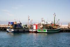 Fischerboote koppelten in Kalk-Bucht am sonnigen Tag an stockbilder