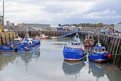 Fischerboote machten in einem Hafen im Südost-Kent fest stockfoto