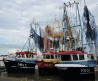 Fischerboote mit ihren Netzen, zum, im Hafen von Volendam zu trocknen, die Niederlande Stockfoto
