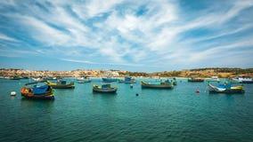 Fischerboote nähern sich Dorf von Marsaxlokk Lizenzfreie Stockfotos