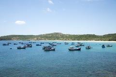 Fischerboote nahe dem Ufer in der Bucht Lizenzfreie Stockfotos