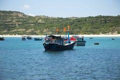 Fischerboote nahe dem Ufer in der Bucht Lizenzfreies Stockbild
