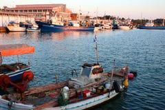 Fischerboote in Nea Michaniona-Hafen, Saloniki, Griechenland dunkle Wolken im Himmel stockbilder