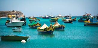 Fischerboote nähern sich Dorf von Marsaxlokk Stockfoto