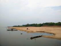 Fischerboote parkten auf einem Flussstrand im Mekong, Champasak, Laos Stockbild