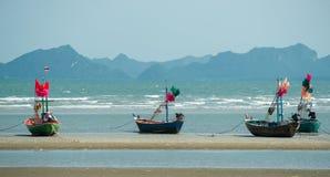 Thailändische Fischerboote bei Ebbe Stockbilder