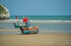 Thailändische Fischerboote bei Ebbe Stockfotografie