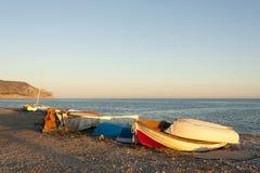 Fischerboote am Sonnenuntergang Lizenzfreie Stockfotos