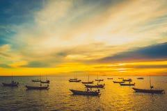 Fischerboote am Sonnenuntergang Stockfotos
