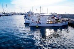 Fischerboote am Sonnenuntergang im Formentera-Jachthafen Stockfotografie