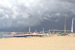 Fischerboote am Strand gegen einen bewölkten Himmel Lizenzfreie Stockbilder