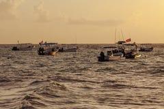 Fischerboote treiben bei Sonnenaufgang vor der Küste der Karibischen Meere mexiko lizenzfreie stockfotos
