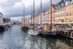 Fischerboote und bunte Häuser in Kopenhagen beherbergten Stockbild