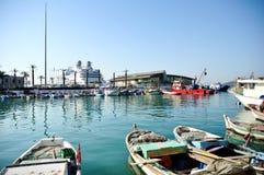 Fischerboote und Fähre Stockfotografie