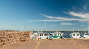Fischerboote und Hummerfallen Stockfoto